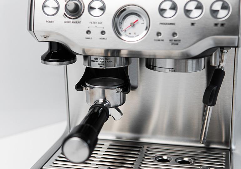 Pusiau automatinis kavos aparatas su integruotu malūnu