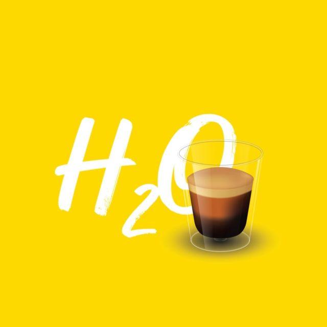 Nors kava turi itin daug privalumų ir dauguma žmonių neįsivaizduoja savo ryto be gardžios kavos puodelio, sklando mitas, jog kava skatina skysčių šalinimą iš organizmo, tokiu būdu sukeldama dehidrataciją. Tačiau ar tai tiesa? 🤔  Kofeino vartojimas gali paskatinti skysčių šalinimą iš organizmo, tačiau svarbu suprasti, jog toks poveikis pastebimas tik didelių dozių atveju (≥500 mg) – toks kofeino kiekis viršija rekomenduojamą maksimalią 4–5 kasdienių kavos puodelių dozę. Visgi, jeigu ji nėra viršijama, kava tikrai neskatina pašalinti skysčių daugiau nei įprastai!   Tiesą sakant, saikingai vartojamas kofeinas mūsų organizmui suteikia ne ką mažiau skysčių nei vanduo. 💧 Tad jei nemėgsti gerti vandens ir rekomenduojamą kasdienį jo kiekį retai suvartoji, gali lengvai ir saugiai išgerti daugiau skysčių į pagalbą pasitelkęs kavą!  #kava #kavosdraugas #užgerąkavąnamie #espresso #coffee #coffeelover #coffeetime